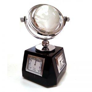 Аксесоар за бюро с уреди и стъклен глобус